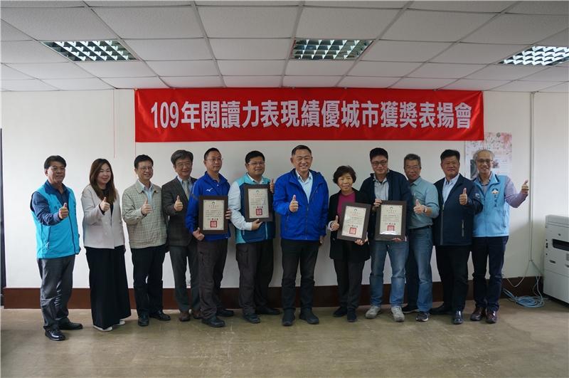 1100407縣長楊鎮浯轉頒六項閱讀力獎項給鄉鎮及縣圖有功人員