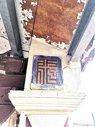 何氏洋樓二樓廊柱頭有「福」字、「壽」字等裝飾。(詹宗翰攝)