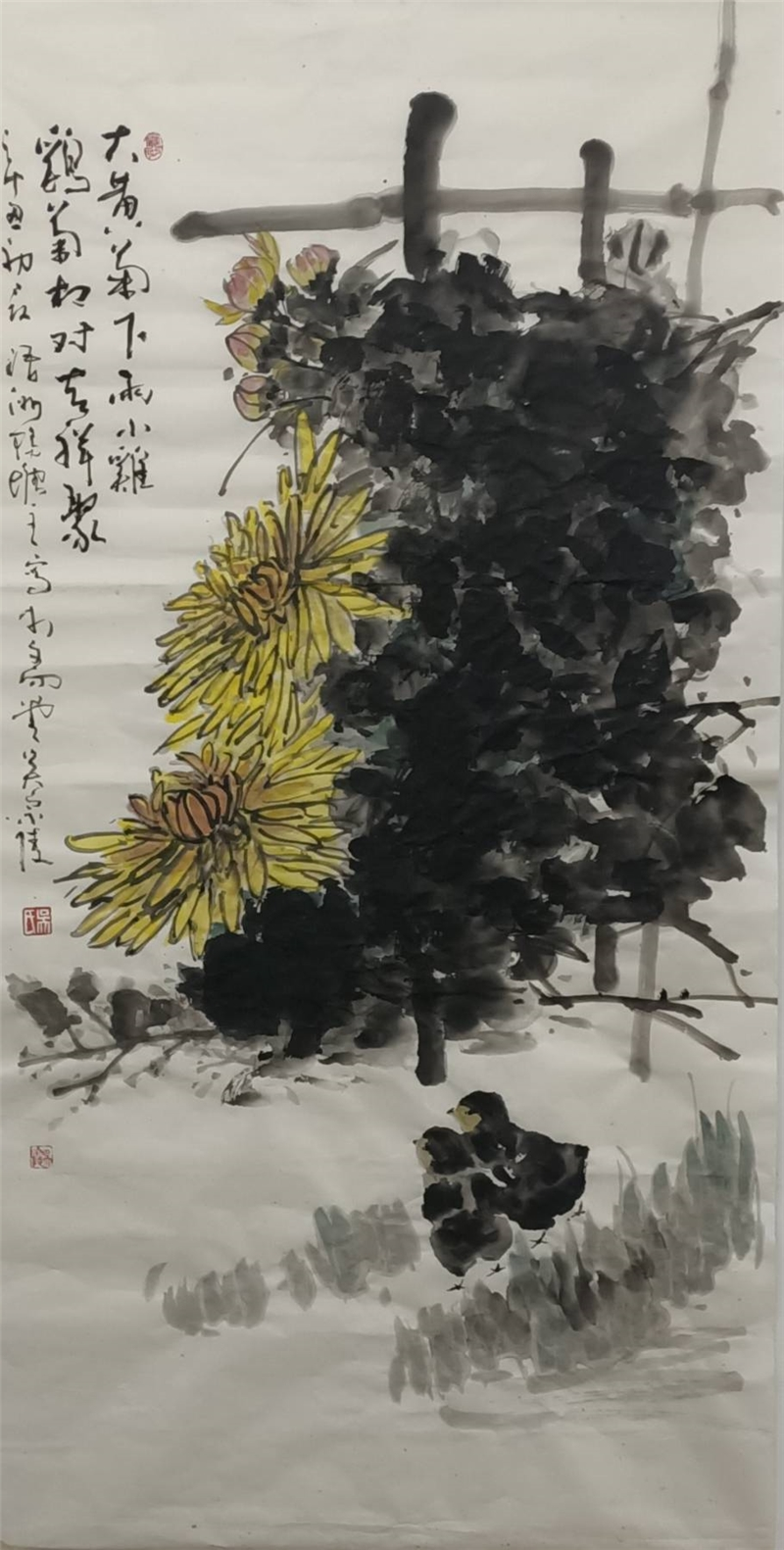 吳宗陵作品68*139  2021紙本設色 大黃菊下兩小雞,雞菊相對吉祥聚。