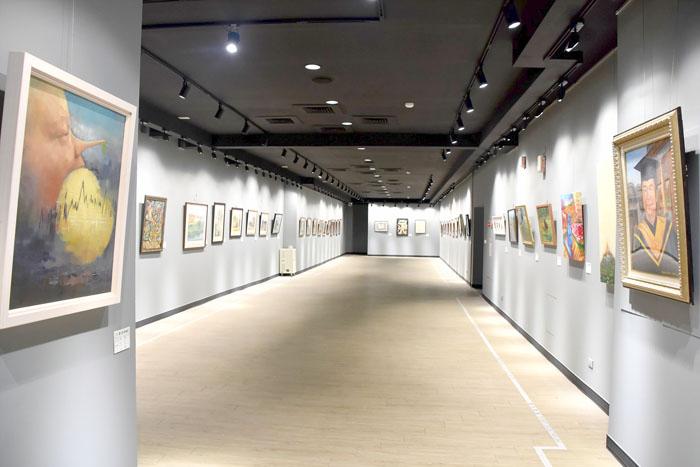 2021金門縣美術家聯展,刻正在金門縣文化局展覽場展出近一百六十件各類作品。(李增汪攝)