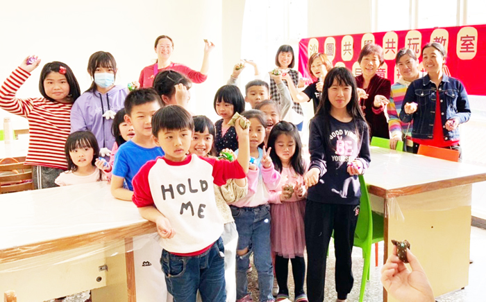 「沙圖共學共玩教室」親子手作-古早童玩活動,邀大人、小孩動手縫製沙包以及丟沙包的遊戲,現場和樂融融,更添幾分溫馨。(金沙圖書館提供)