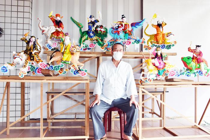 糊紙達人許炳輝最近才完成純手工製作的「八仙過海」作品,栩栩如生、活潑生動。(莊煥寧攝)