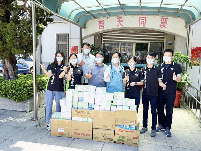 金門全家便利商店捐贈共140盒醫療等級口罩給衛生局。 (陳冠霖攝)