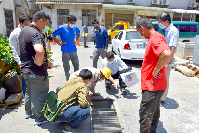 金城鎮模範街區域水溝淤塞,金城鎮公所協調有關單位一同會勘,試圖找出造成排水淤塞的原因。(詹宗翰攝)